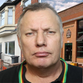 لص بريطاني يطلب المساعدة من الشرطة خلال سرقة منزل!