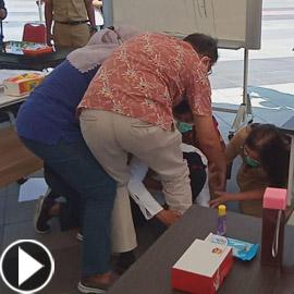 بكت عند أقدام أطباء! عمدة إندونيسية تعتذر لعجزها عن إيقاف كورونا