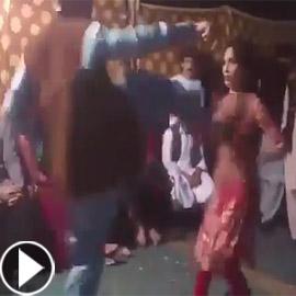 فيديو صادم.. راقصة باكستانية تتعرض لركلة مؤلمة خلال حفل زفاف!