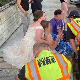 بفستان الزفاف الأبيض.. عروس تتوقف لمساعدة ضحية في حادث سير!