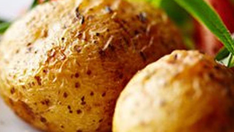 كيفية تحضير البطاطا في غمضة عين باستخدام الميكرويف