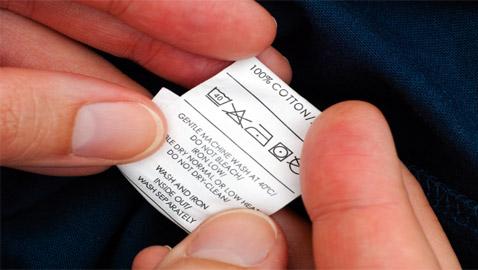 هل تعرف معاني رموز الغسيل على ملصقات الملابس؟ إليك كيف تميّز بينها