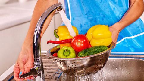 الارشادات الصحية لتنظيف الفواكه والخضروات