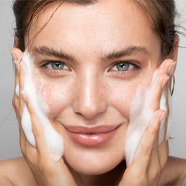 الصابون و8 منتجات أخرى لا يجب استخدامها لتنظيف وغسل الوجه!