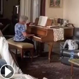 موسيقى وسط الخراب! فيديو مؤثر لسيدة لبنانية تعزف البيانو رغم دمار  ..