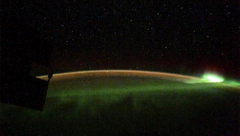 رائد فضاء روسي يلتقط صورا مدهشة لأضواء الشفق القطبي من الفضاء