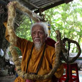 لم يقصه أو يغسله منذ 80 عاما.. قصة الرجل صاحب أطول شعر في العالم