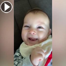 شاهد.. رضيعة في عمر أربعة أشهر ترد التحية لأمها!