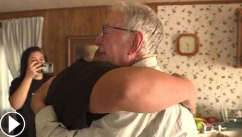 عامل توصيل بيتزا بعمر 89 عاما يحصل على إكرامية مفاجئة من زبائن