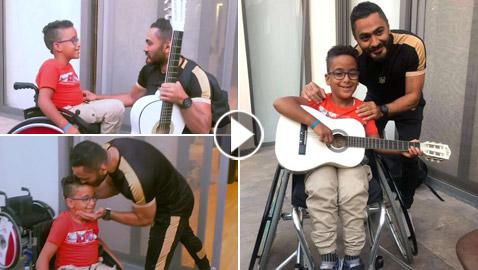 فيديو تامر حسني يحقق حلم طفل من ذوي الإعاقة ويغير عنوان أغنية