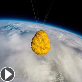 قطعة دجاج تسافر للفضاء.. احتفال غريب لشركة أيسلندية بعيدها الـ50