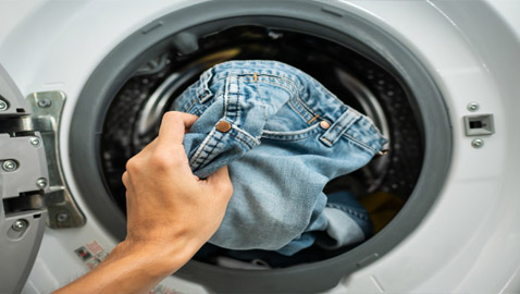 لماذا لا يجب أن نغسل بنطال الجينز، وما هي الطريقة المثلى لتنظيفه؟