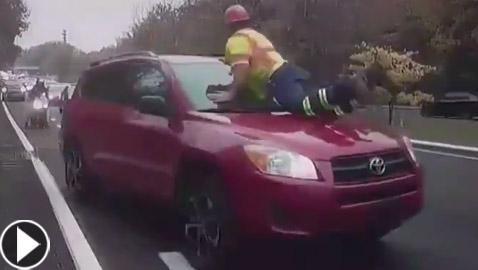 فيديو لسيارة تصدم رجلا.. وردة الفعل السريعة للضحية أنقذته!