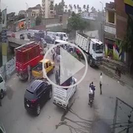 فيديو لحادث سير مروع في مصر.. 58 ثانية أدمت القلوب