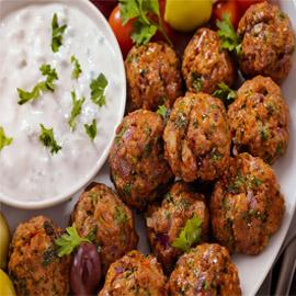 من أشهر الأعشاب وطريقة جديدة لتوظيف اللحم.. وصفة الكفتة اليونانية