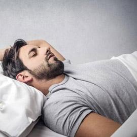 أسباب التحدث أثناء النوم وطرق التحّكم فيه!
