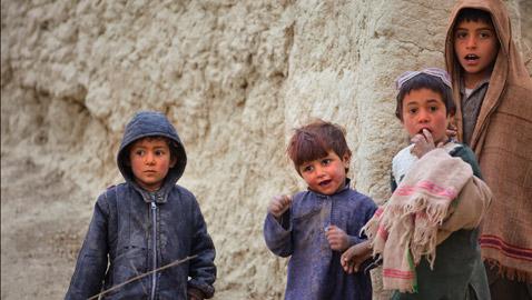 القتل أو التشويه.. خطر يطارد الأطفال في أفغانستان