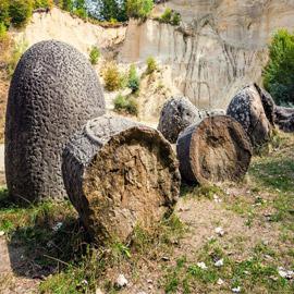 صخور غريبة غامضة تنمو وتتحرك في رومانيا.. ما الأمر؟