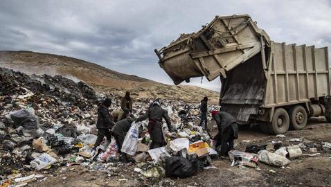 بالصور أكوام القمامة مصدر العيش في شمال سوريا