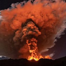 اندلاع بركان جبل إتنا يضيء سماء صقلية ليلا