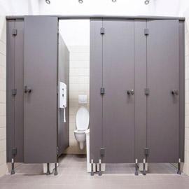 أسباب وجيهة تغطي على عيوبها.. لماذا أبواب الحمامات العامة قصيرة؟
