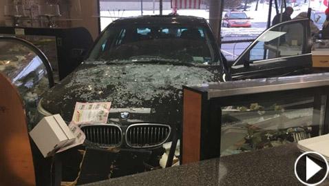 عجوز أمريكية تقتحم مخبزا بسيارتها عن طريق الخطأ! فيديو
