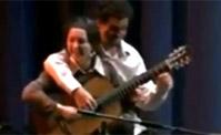 شخصان يعزفان على نفس الغيتار!!