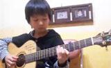 طفل يعزف على الغيتار في طريقة مذهلة