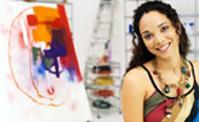 ريشةُ الفنانة ترسمُ خطوط المعاناة بألوان التحدي