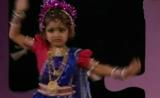 رقص هندي بإحتراف من طفلة بعمر تسع سنوات