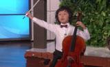 موهبة عزف التشيلو يدهش ويبهر الجمهور