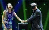 فتاة من الجمهور تدخل بلعبة السحر بخوف ورهبة