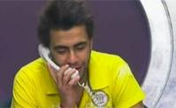 أحمد يتحدث مع خطيبته