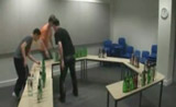 طلاب يعزفون بواسطة 146 زجاجة