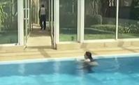 شاهدوا كيف رمى الاستاذ جورج زينة وعزوز بالمسبح!